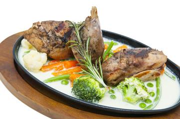 Кролик с овощами в горячей тарелке
