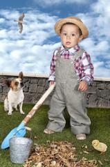 Petit garçon habillé en jardinier