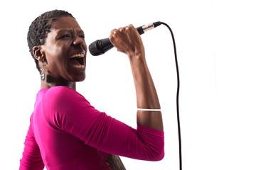 Cantante nera con microfono