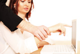 Frau wird am Arbeitsplatz belästigt