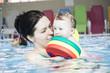 Mädchen beim Babyschwimmen
