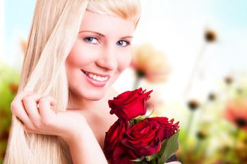 junge blonde Frau mit Rosen vor Frühlingshintergrund