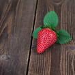 Erdbeere mit Blätter auf Holz III