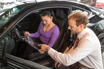 Verkaufsgespräch und Beratung in einem Autohaus
