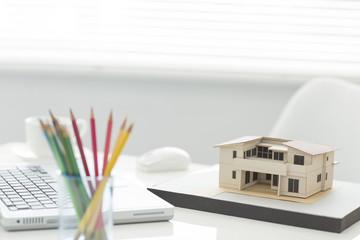 家の模型と色鉛筆