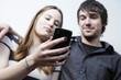junges paar mit einem smartphone