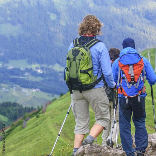 Wandergruppe beim Abstieg ins Tal