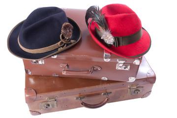 Zwei alte Koffer mit traditionellen bayerischen Hüte
