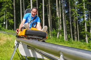 Mann auf einem Alpine Coaster