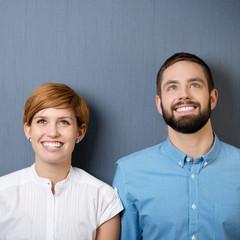 lachendes junges paar