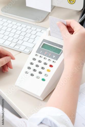arzthelferin steckt versicherungskarte in das lesegerät