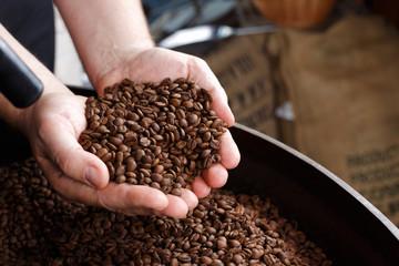 qualitätskontrolle in der kaffeerösterei