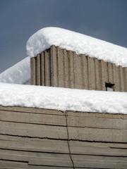 neve su edificio di cemento