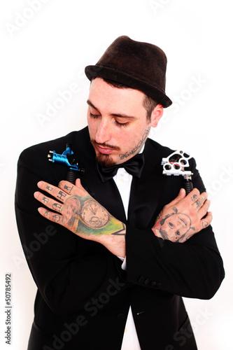 tätowierter Mann mit Tätowiermaschinen