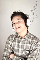 Ragazzino ascolta la musica leggera