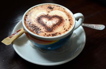 Чашка кофе мокачино с пенкой и шоколадным узором в форме сердца