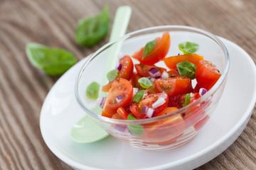 Tomatensalat in Schale