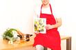 Koch mit Gemüse und Kochbuch