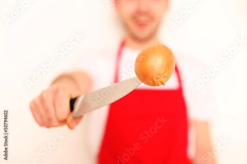 Koch mit Messer und Zwiebel