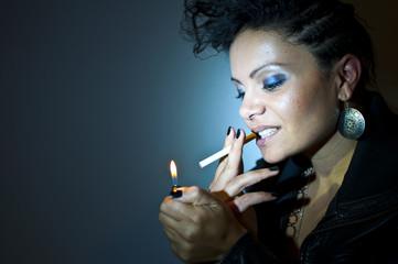 Raucherin zündet sich eine Zigarette an