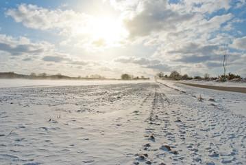 Schnee bedecktes Feld Norddeutschland