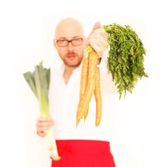 Koch mit Karotten und Lauch