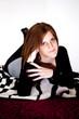 Attraktive brünnete Frau liegt auf einem Teppich