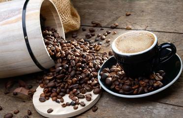 Tasse Bio-Kaffee mit Holzfass
