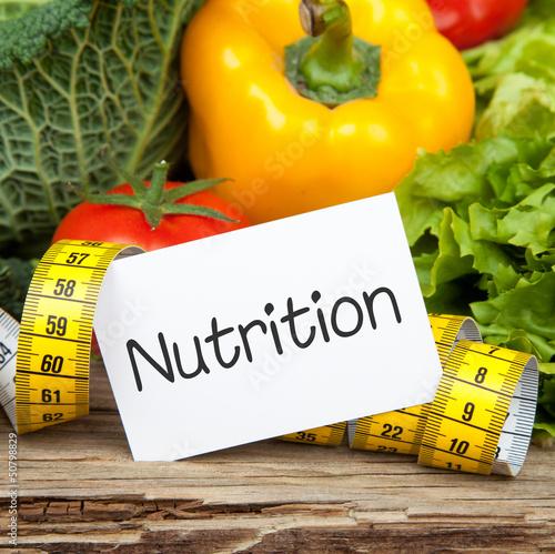 Gemüse auf Holz mit Zettel und Massband NUTRITION