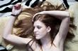 Attraktive junge Frau liegt auf dem Rücken