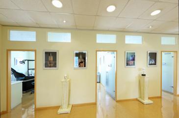 Drei Behandlungsräume nebeneinander in Zahnarztpraxis