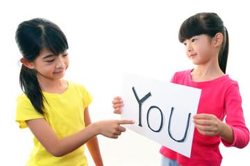 英語の勉強を楽しむ二人の女の子
