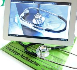 Tablet PC mit Stethoskop beim Arzt