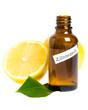 Zitronenöl mit Zitronen und Blättern auf weiß