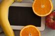Frisches Obst mit Schiefertafel