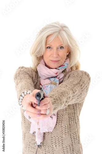 Attraktive Seniorin hält eine Schusswaffe