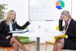 Zwei Frauen beim Einstellungstest unter Zeitdruck