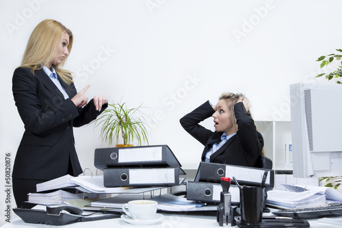 Zwei Frauen Mobbing am Arbeitsplatz