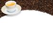 kaffeebohnen und kaffeetasse auf weißem hintergrund