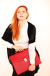 elegante Frau mit roter Ledertasche