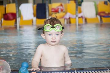 Kind im Wasser beim spielen