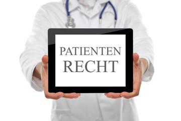Arzt mit Schild Patientenrecht