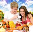 Junges Paar genießt Frühstück im Garten