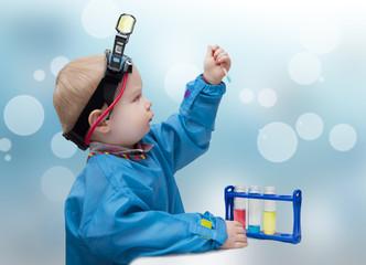 Малыш- ученый. Ребенок занимается опытами