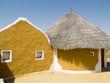 Huttes colorées d'un village indien du Rajasthan.