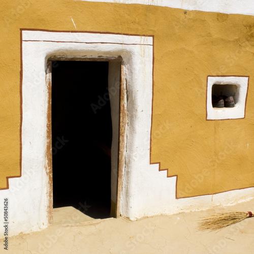 Porte d'entrée d'une maison indienne colorée.