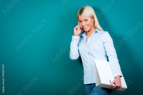 lächelnde blonde mitarbeiterin