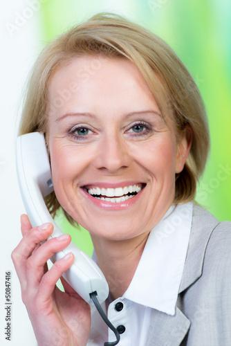 blonde geschäftsfrau führt ein telefonat