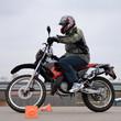 Mopedfahrer beim Slalom