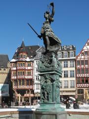 Justitia auf dem Römerbrunnen in Frankfurt